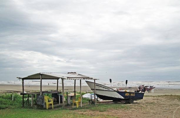 Foto vissersbootje aan het strand