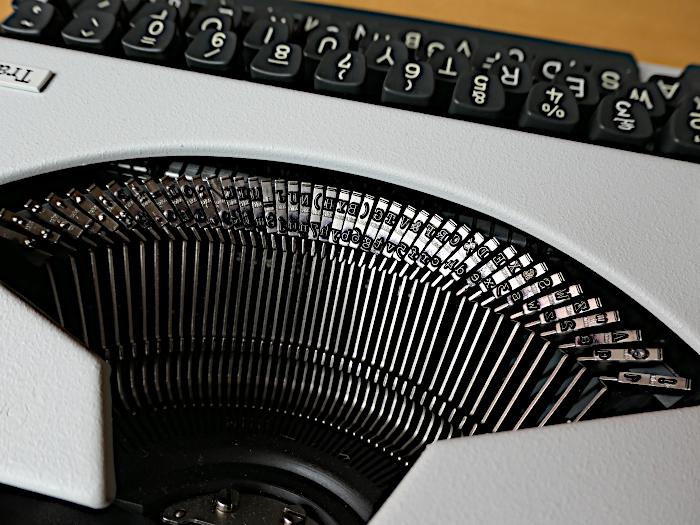 Foto van de hamertjes van een typemachine