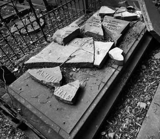 Graf met gebroken steen