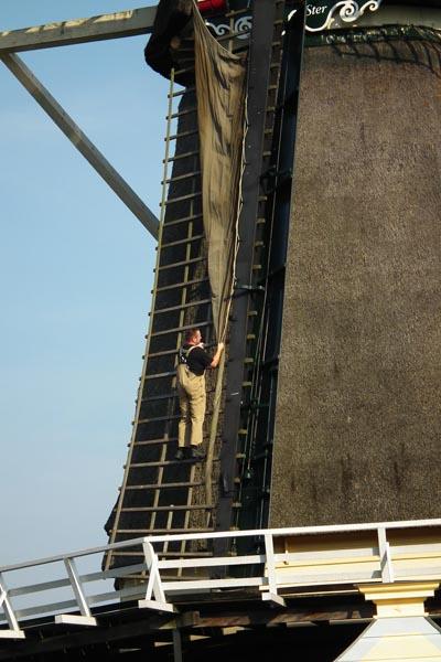 Foto man op wiek molen