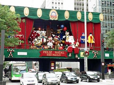 Foto kerstversiering boven de Avenida Paulista