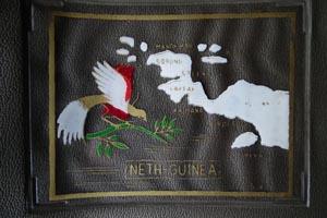 Detail ringband met kaart Nederlands Nieuw-Guinea