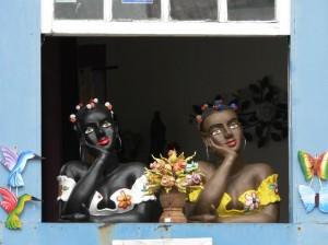 Beelden van twee vrouwen, hand onder de kin uit raam kijkend