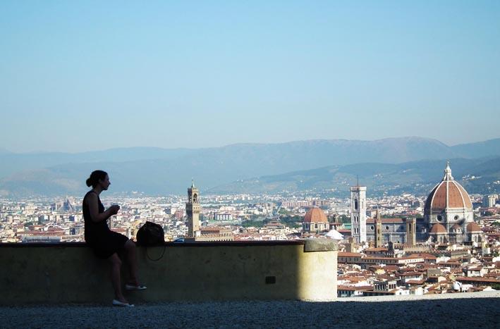 Vrouw uitkijkend over Florence | Firenze