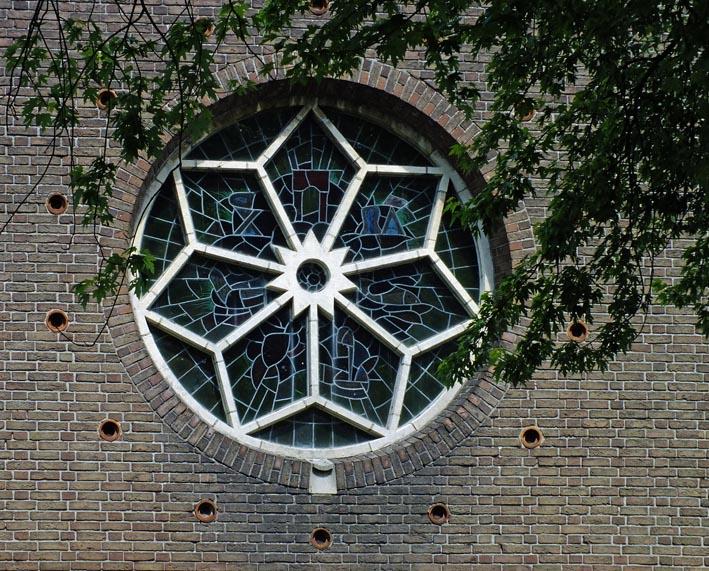 Rond kerkraam met zevenpuntige ster