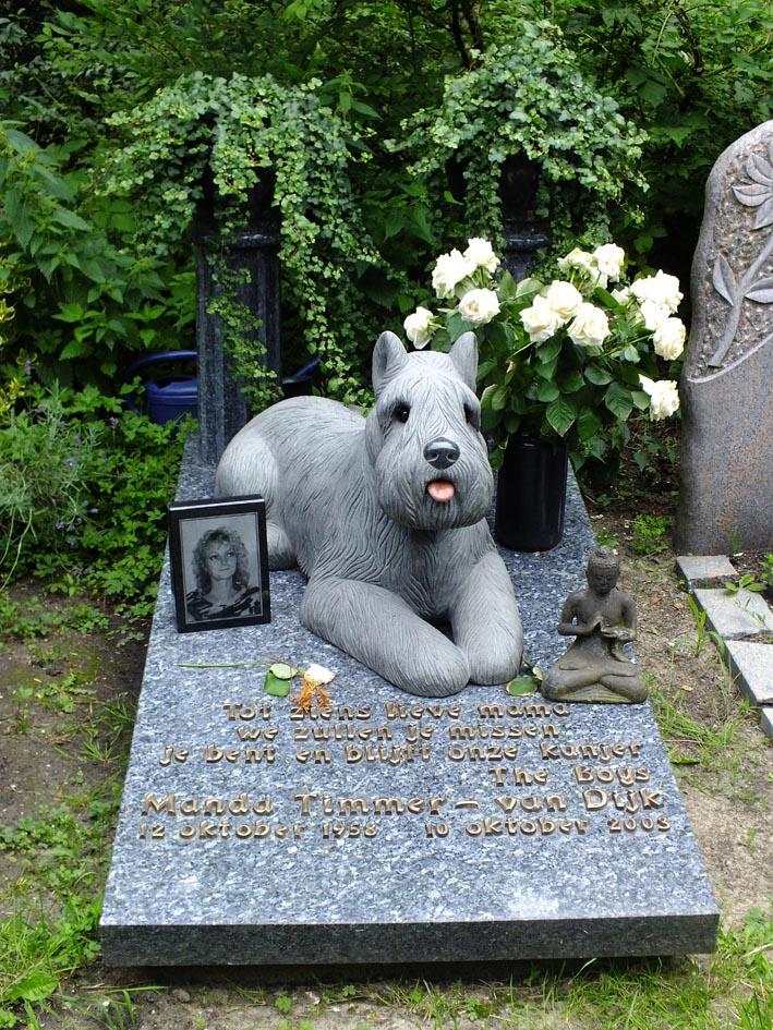 Grafmonument met standbeeld van hond