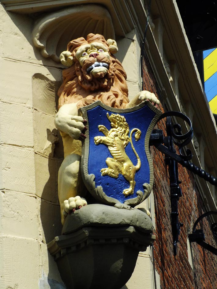 Beeld van leeuw met bek vol tanden