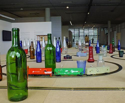 Treinbaan met flessen van Cadu