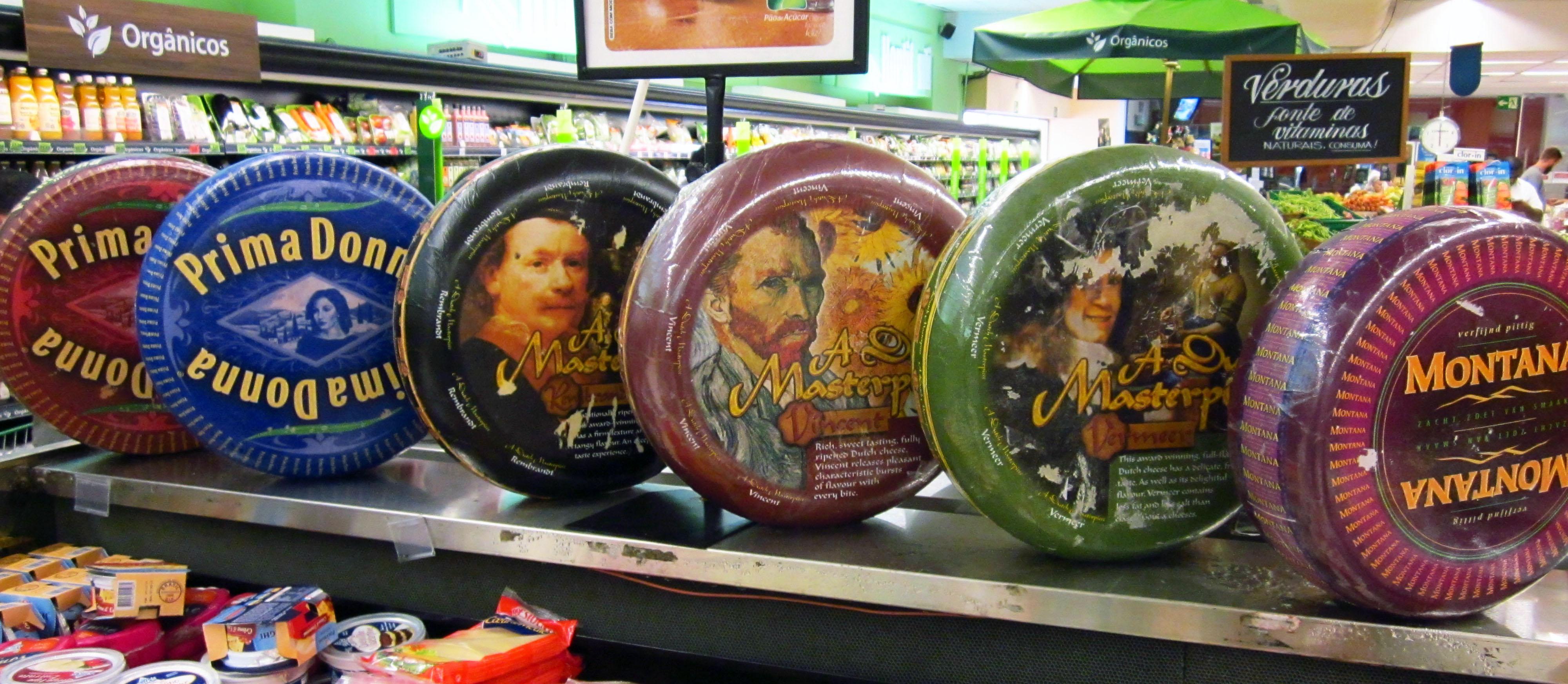 Rij Nederlandse kazen in Braziliaanse supermarkt (modellen van plastic)