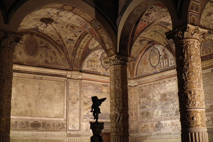 Foto silhouet beeldje van engel onder bogen en tussen fresco's