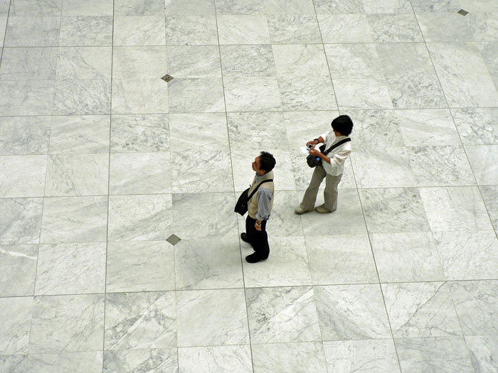 Foto van twee toeristen op marmeren vloer in stripmuseum Brussel