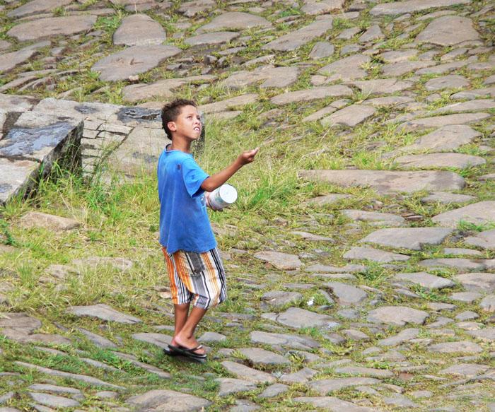 Foto van vliegerende jongen