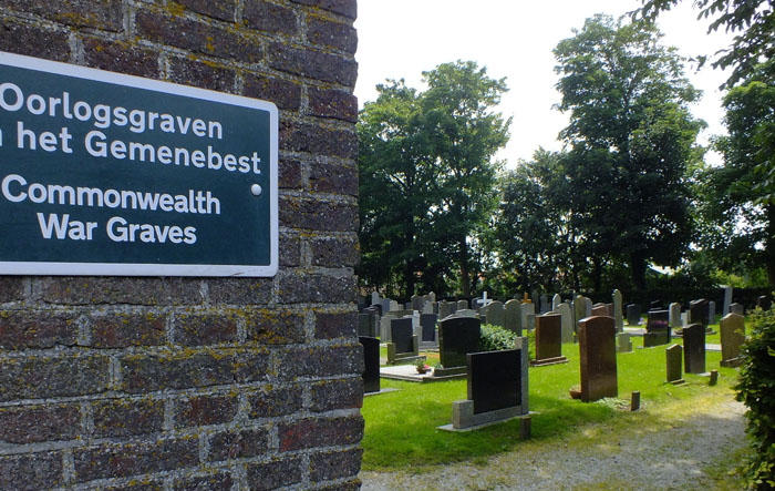 Foto graven van oorlogsslachtoffers