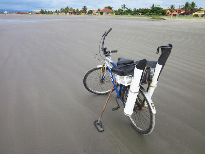 Foto fiets met vissersuitrusting