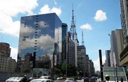 Foto gebouwen São  Paulo met reflectie van wolken