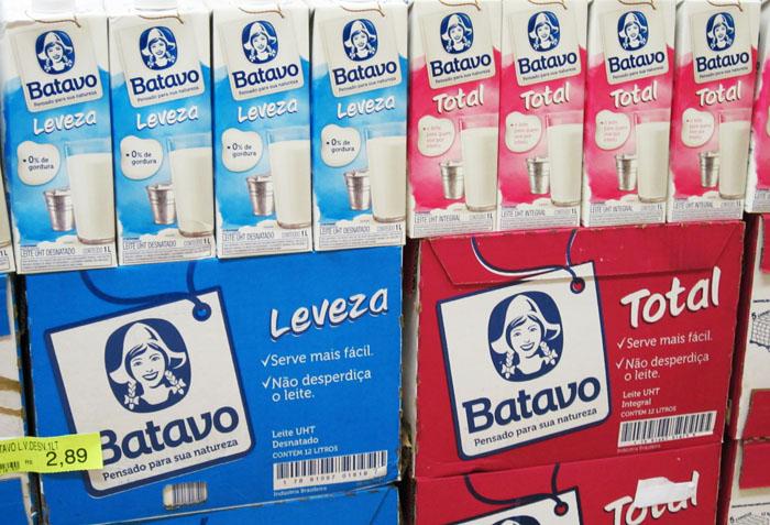 Foto stapel melkpakken van het merk Batavo