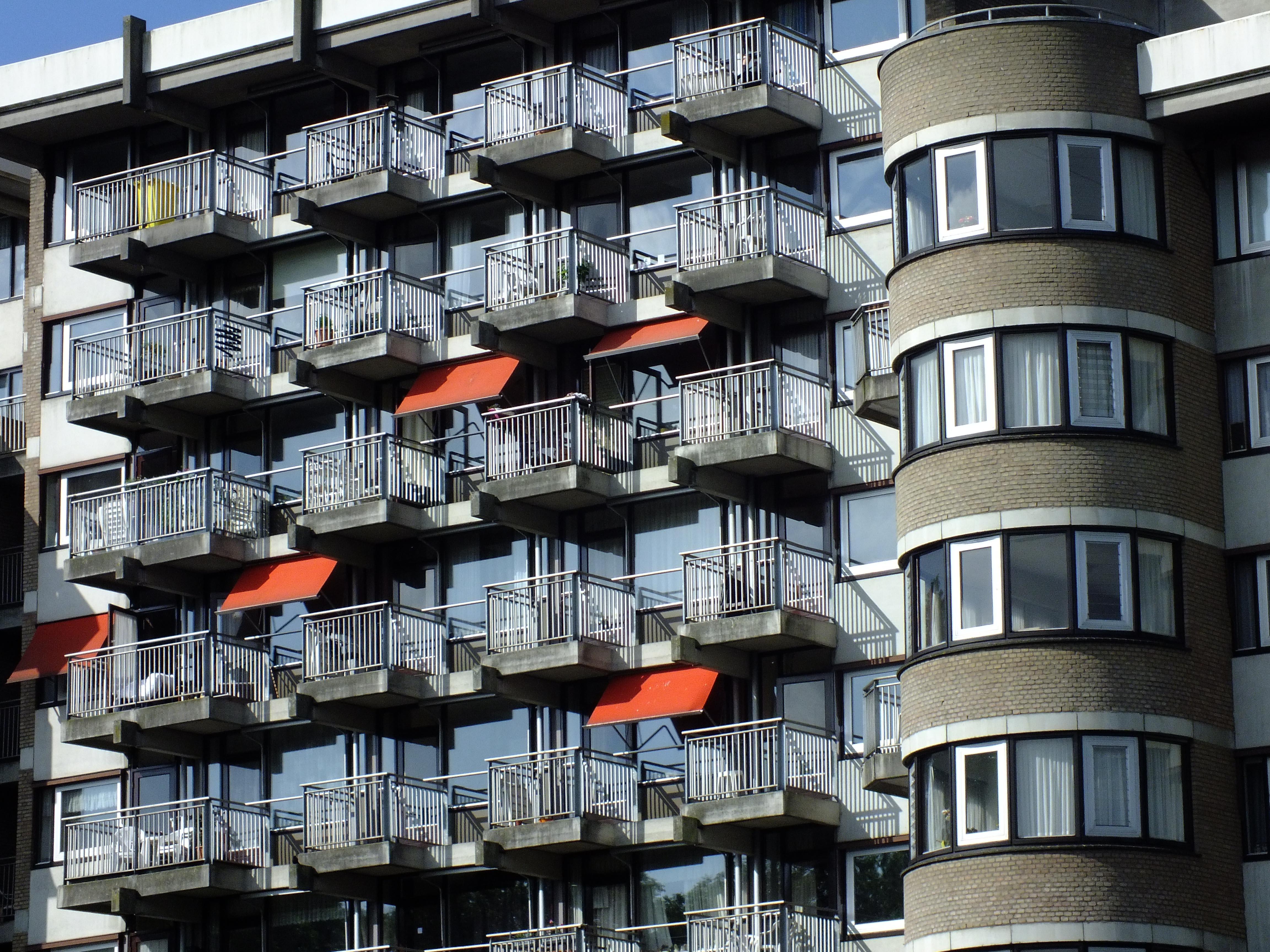Foto van flatjes met balkonnetjes