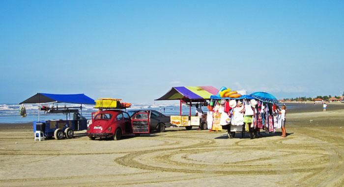 Foto van diverse kraampjes op het strand