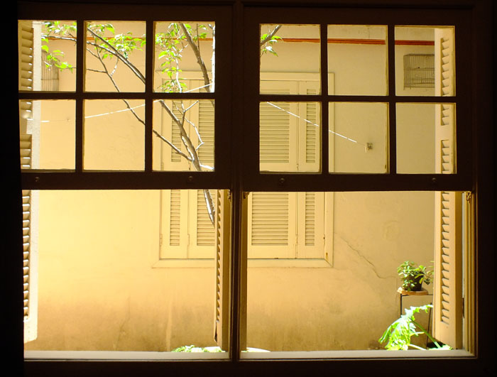 Foto door raam van raam gesloten met luiken