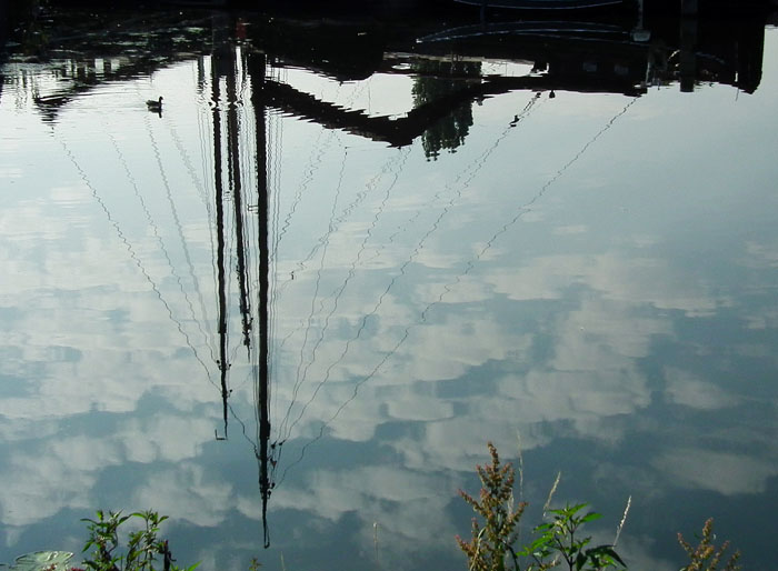 Foto spiegelbeeld boot in water