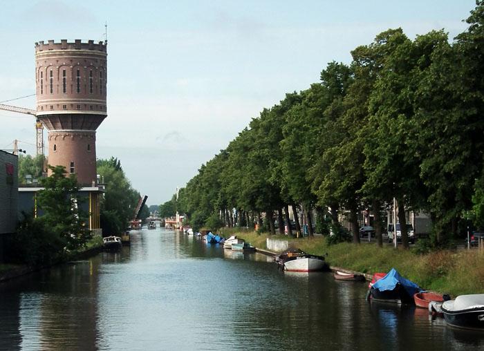 Foto van de Vaartse Rijn met watertoren en bootjes