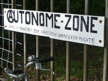 Foto bord aan het hek
