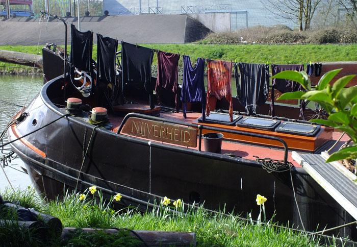Foto wasgoed drogend op de voorplecht van woonboot