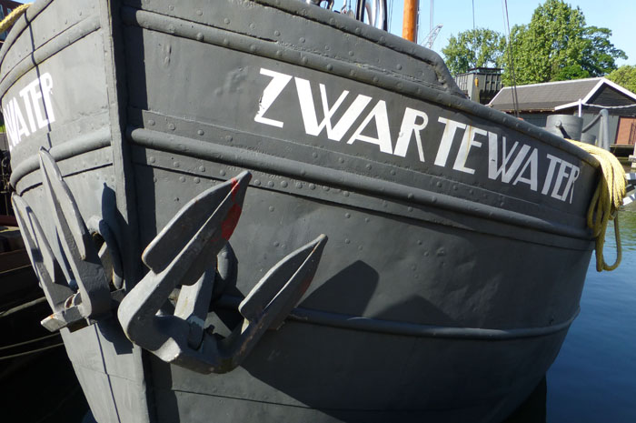 Foto van boek van een grijs metalen boot