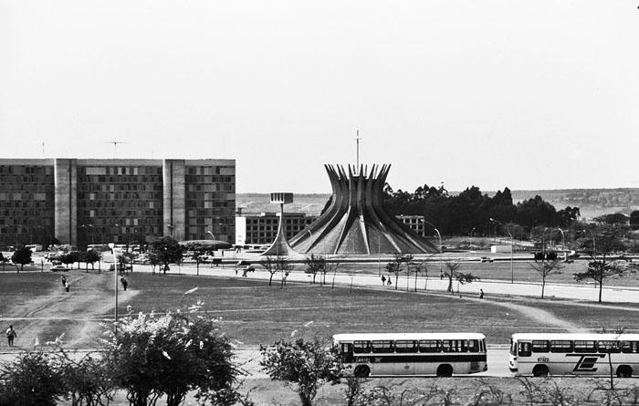 Foto van open plein met op de achtergrond kathedraal