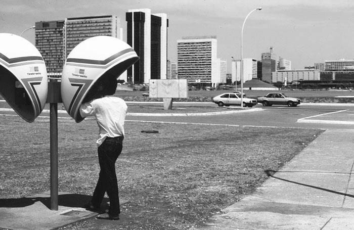 Foto van telefooncel op open terrein in de Braziliaanse hoofdstad Brasília