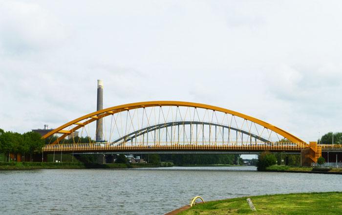 Foto van gele brug over het Amsterdam-rijnkanaal