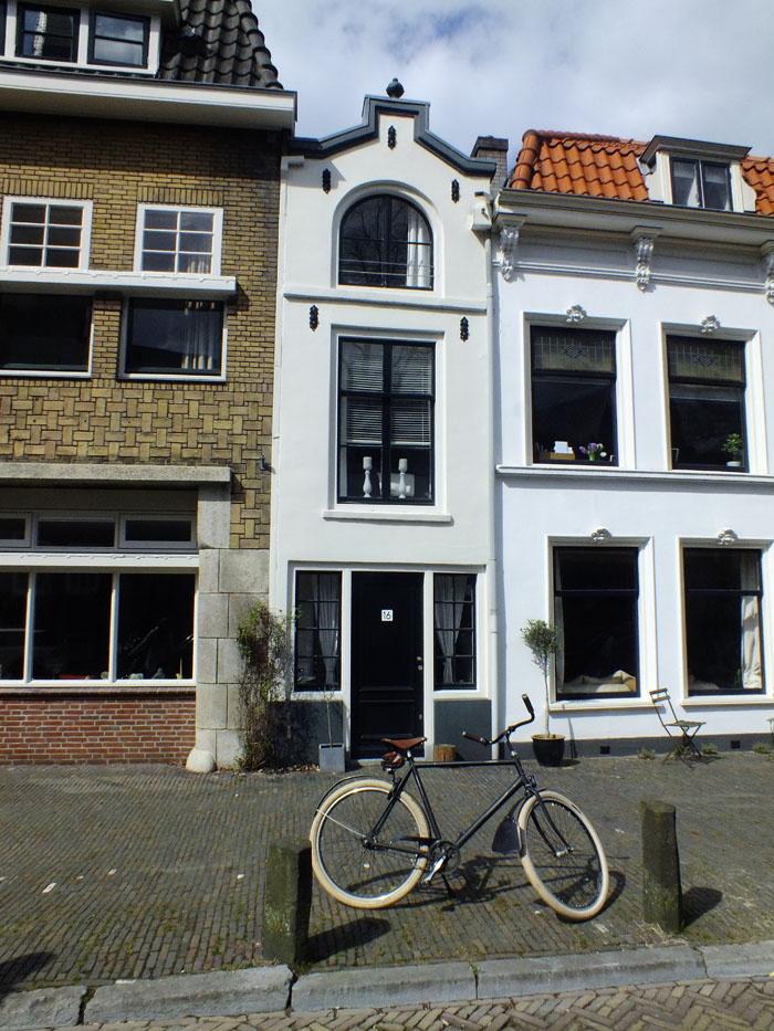 Foto van fiets voor smal pandje in Utrecht
