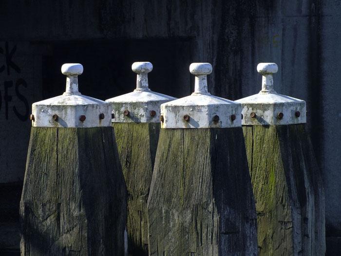 Foto van vier meerpalen
