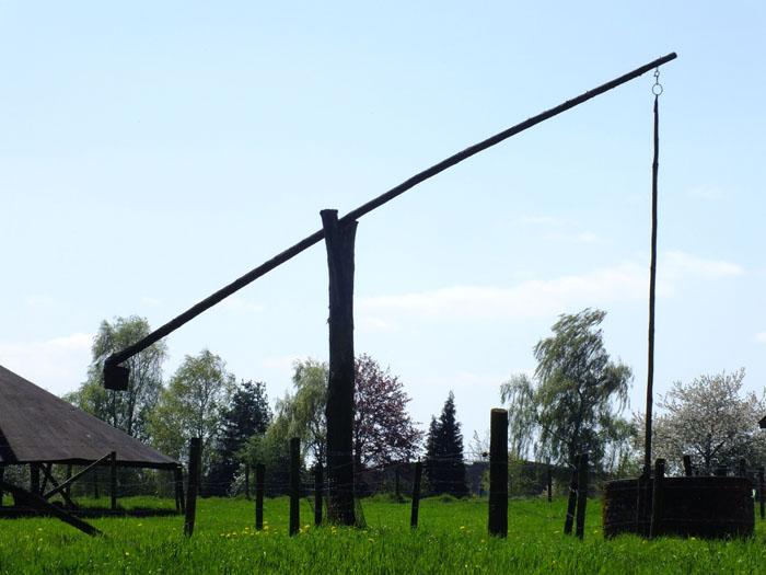 Foto weiland met oude put met hefboom