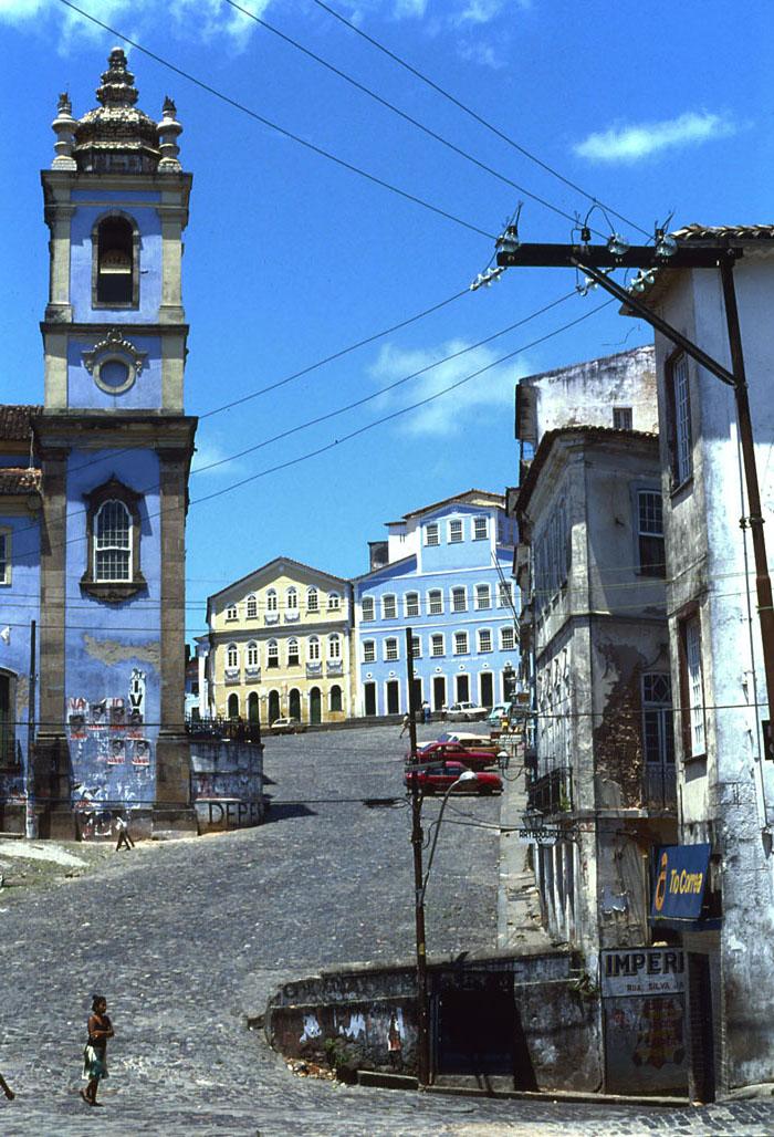 Foto van hellende straat met blauwe kerk