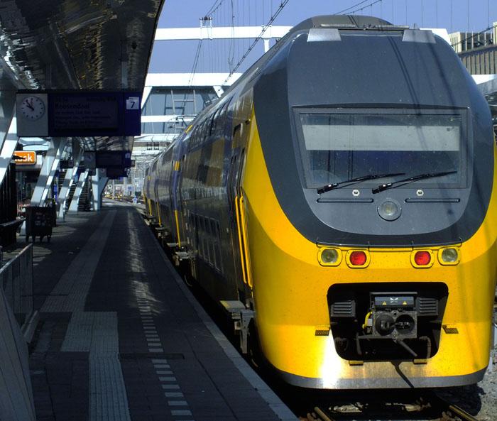 Foto trein langs perron in Arnhem