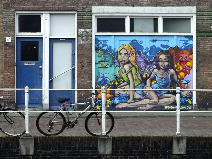 Foto van raam beschilderd met wulpse dames