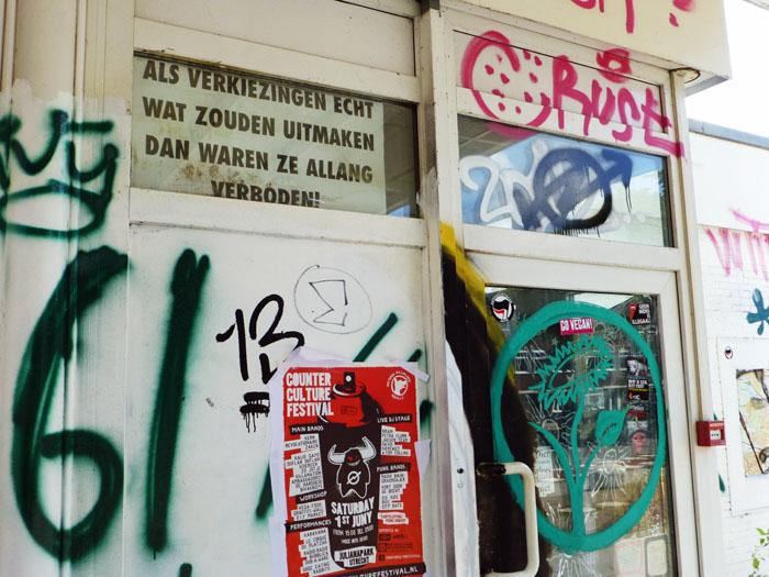 Foto van wand met graffitti en affiches