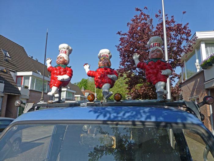 Foto van drie Flipjes van Tiel op het dak van een auto