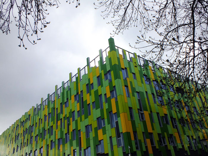 Foto groen met geel gebouw