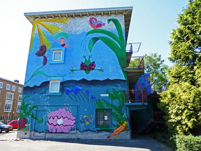 Foto van met zee- en strandscène beschilderde muur van gebouw