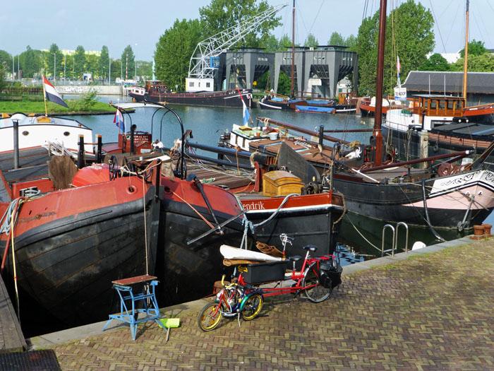 Foto boten Veilinhaven met op de achtergrond kraan en silo's