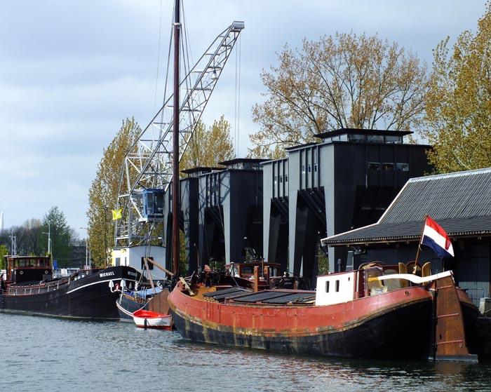 Foto van boten, hijskraan en silo's