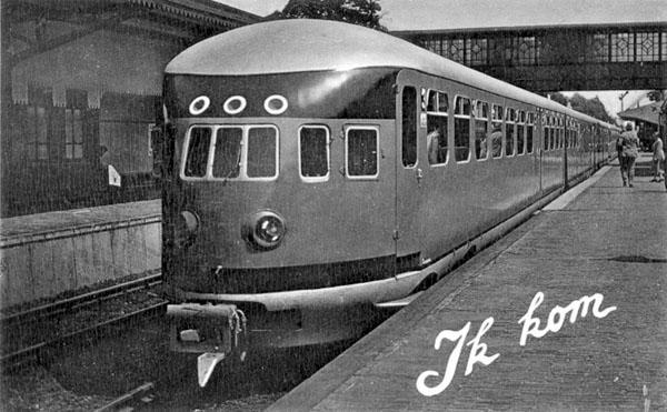 Prentbriefkaart (zwart-wit) met foto van groene trein NS