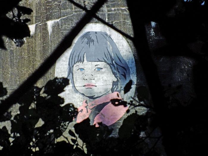Foto van gezicht geschilderd op bunker