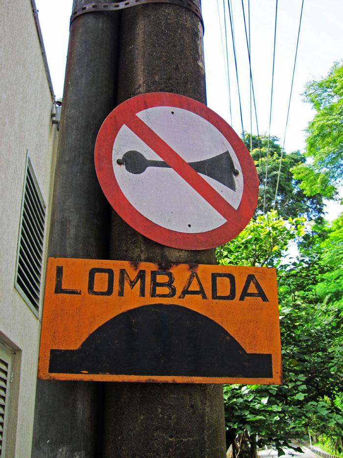 Foto van bordje 'lombada' en 'verboden te toeteren'