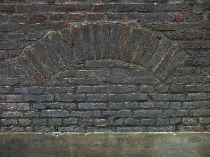 Foto van boog van bakstenen in muur