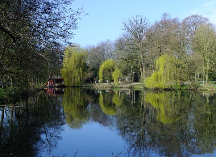 Foto Van Park Oog in Al gezien over de Leidse Rijn