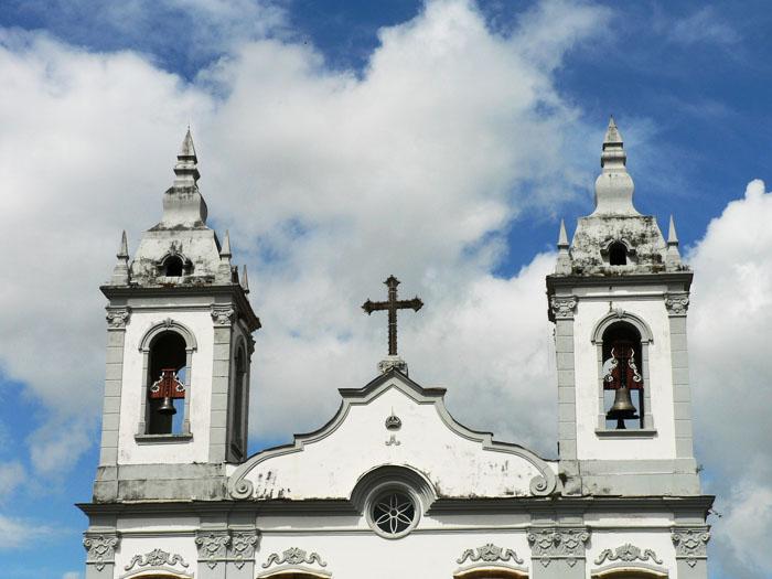 Foto van kerk tegen wolkenlucht
