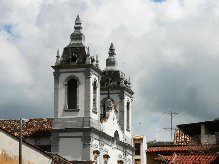 Foto van kerk tussen daken van huizen